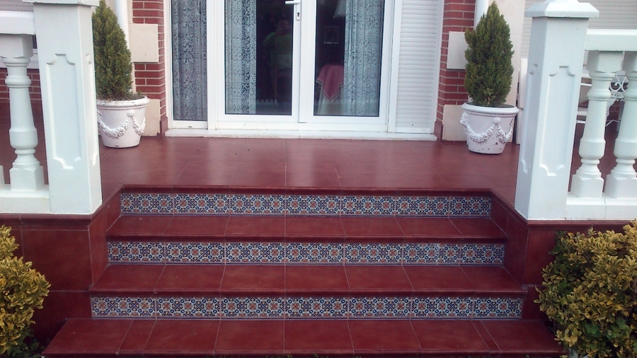 Suelo de gres y escaleras porche