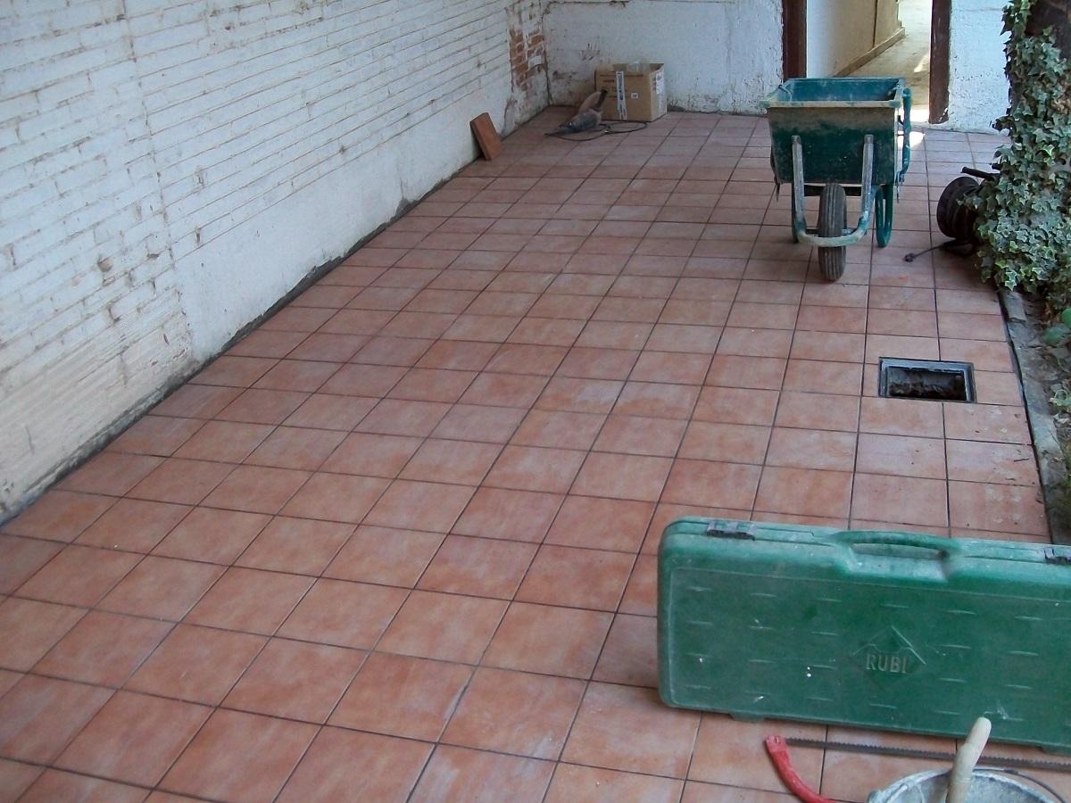 Foto suelo de plaqueta en patio de casa vieja de reformas for Suelos de patios