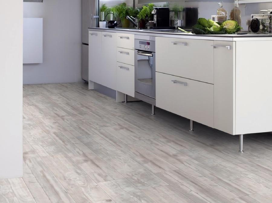 Foto suelo de pvc en cocina lamas de madera de rael for Lamas de pvc para paredes