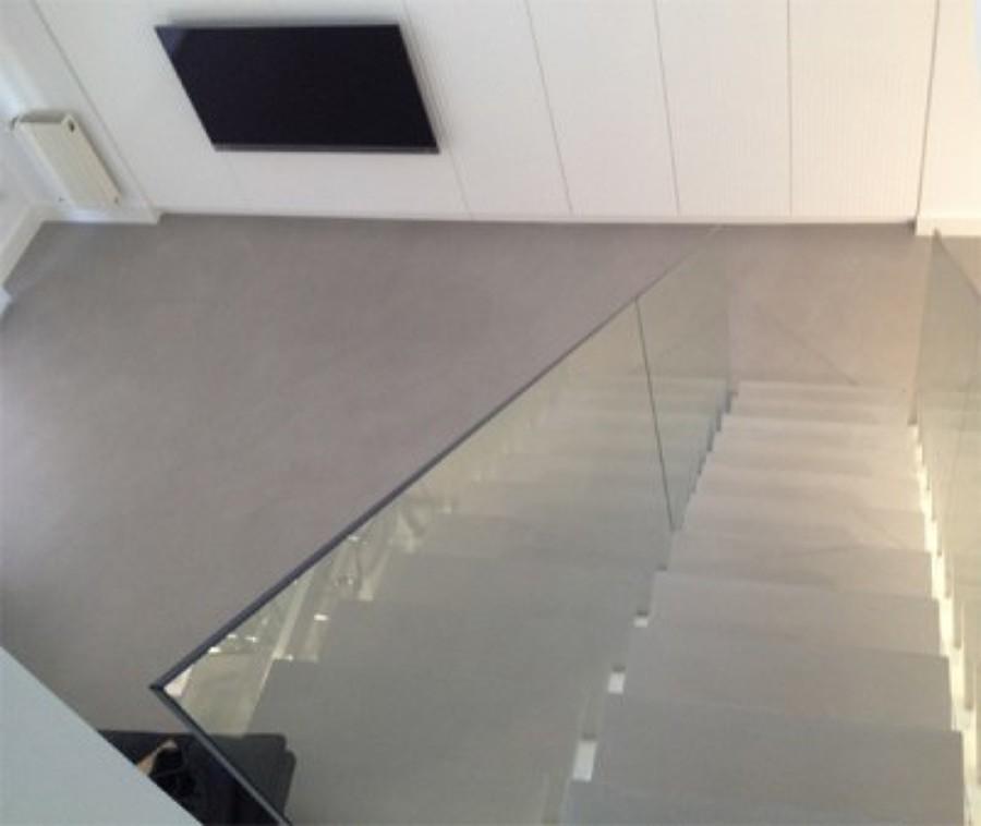 Escalera y pavimento