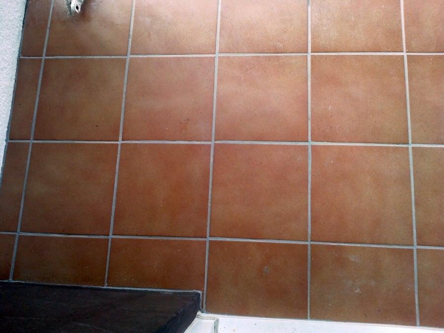 suelo gres puesto sobre ceramica antigua con vierteaguas