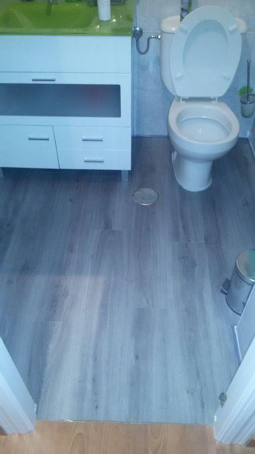 Foto suelo vinilo para ba os imitacion madera de for Losetas de vinilo para suelos