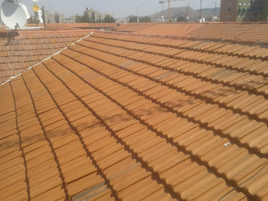Foto sustituci n de teja plana en tejado de desarrollos for Tejados madera ourense