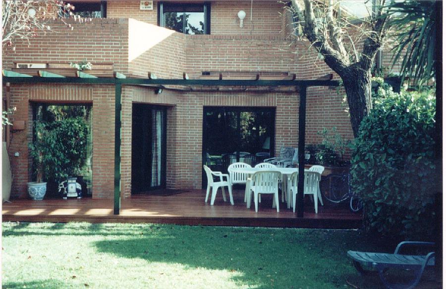 Tarima de exteriores en jardín