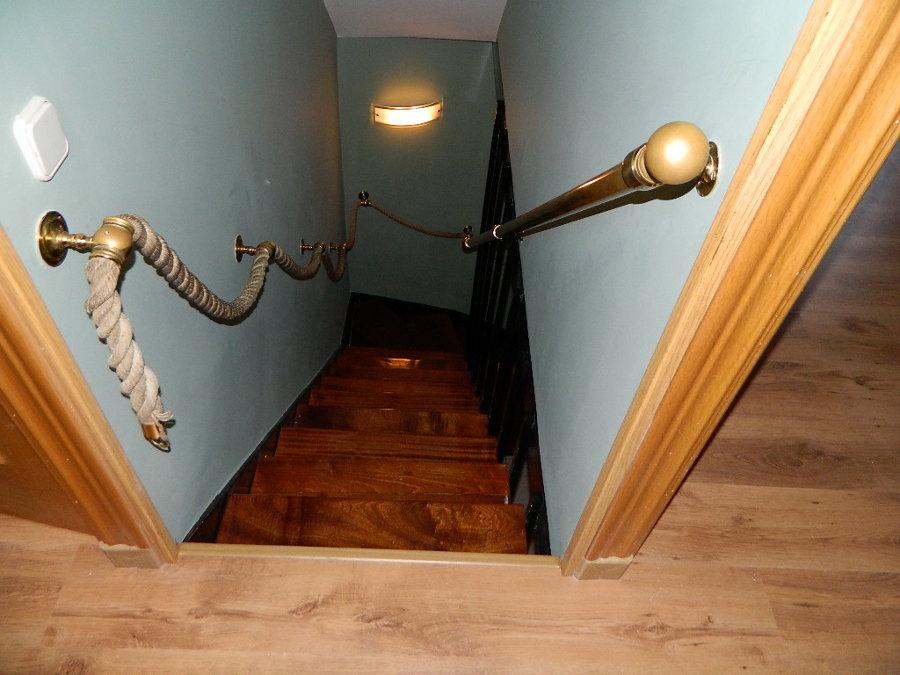 tarima flotante,escalera barnizada y pintura de tiro escalera