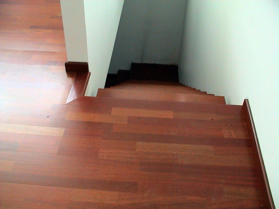 Foto tarima flotante jatoba en suelo y escalera gilet for Suelo tarima flotante