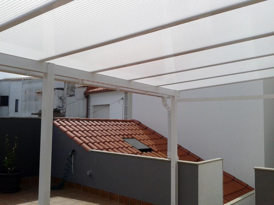 Foto techo aluminio blanco y policarbonato celular blanco for Garajes con techos policarbonato