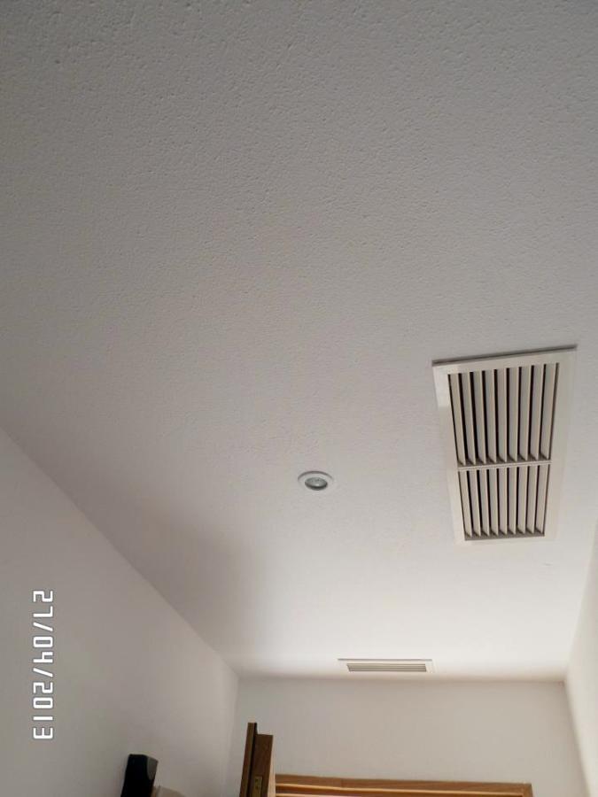 Foto techo de pladur con rejillas de aire acondicionado for Rejillas aire acondicionado regulables