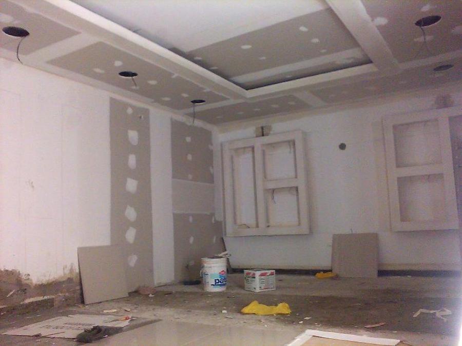 Foto techo dos alturas con estanterias de dry wall for Techos salones modernos