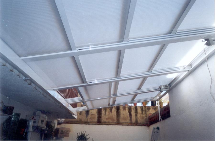 Foto techo motorizado con policarbonato de a t m for Garajes con techos policarbonato