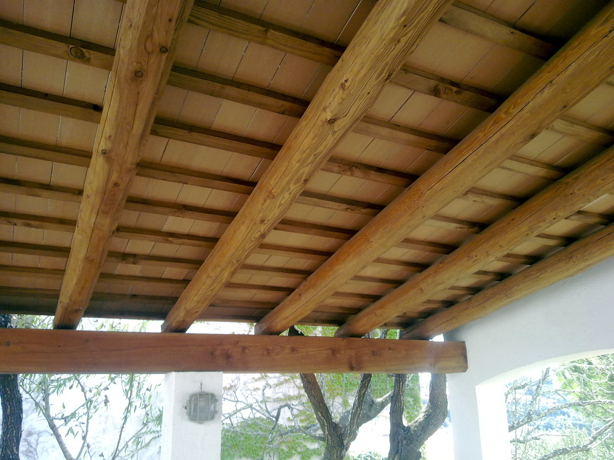 Foto techos con vigas de madera de av construccions s c for Imagenes de techos rusticos