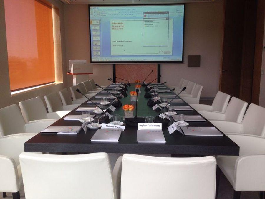 Instalación de sistemas tecnológico y de mobiliario de sala de reuniones