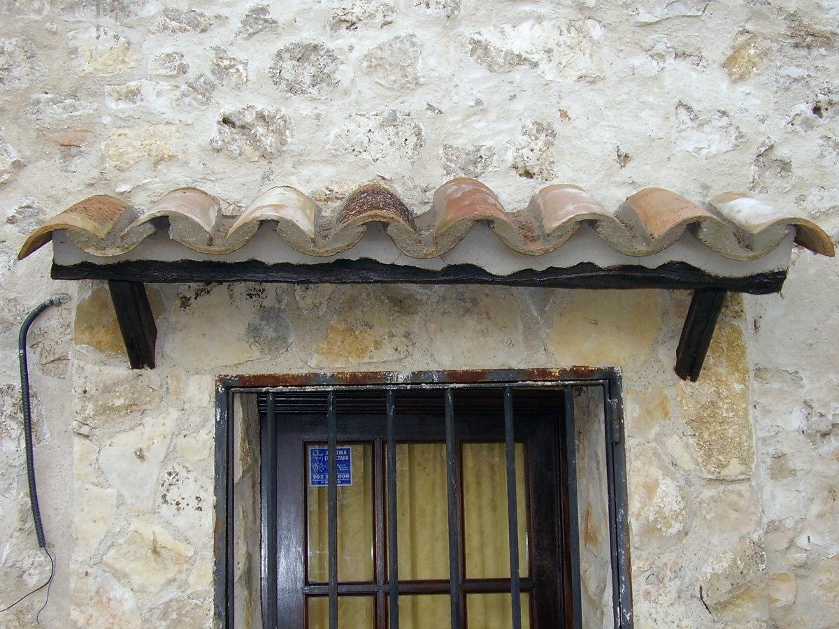 Foto Tejadillos Rusticos En Ventanas De Construcciones Y Reformas  ~ Tejadillos Para Puertas Rusticos