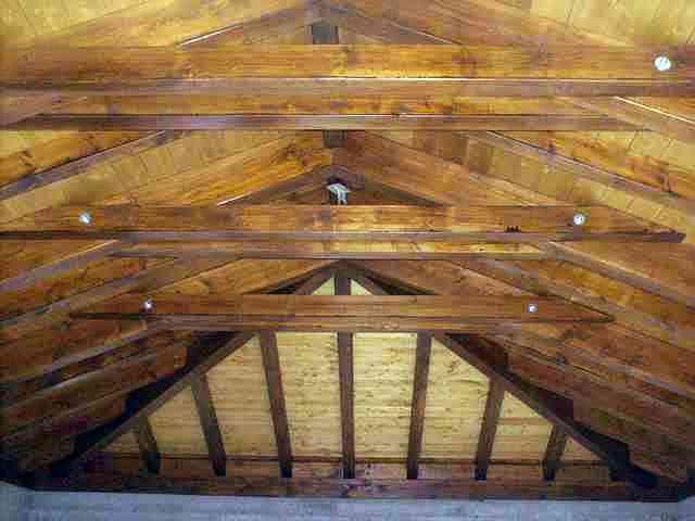 Tejado de madera sobre un garaje.
