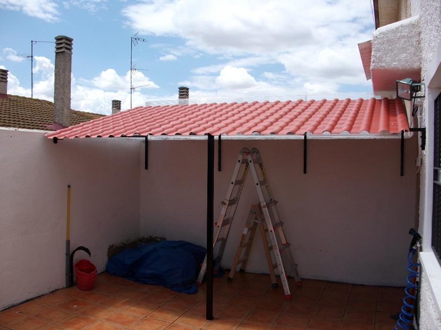 Foto tejado terminado con imitacion tejas en material p v for Plastico para tejados