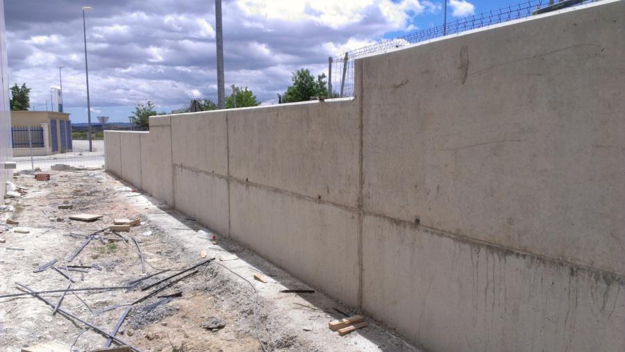 Foto terminaci n muro hormig n de latera naves for Muro de contencion precio