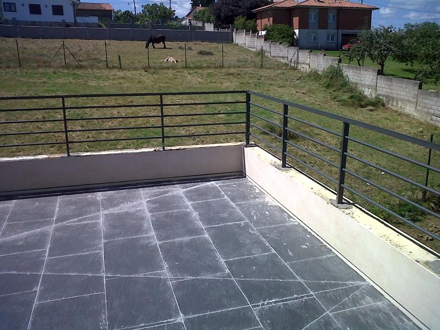 Foto terraza con barandillas de acero obra nueva de - Barandillas de obra ...