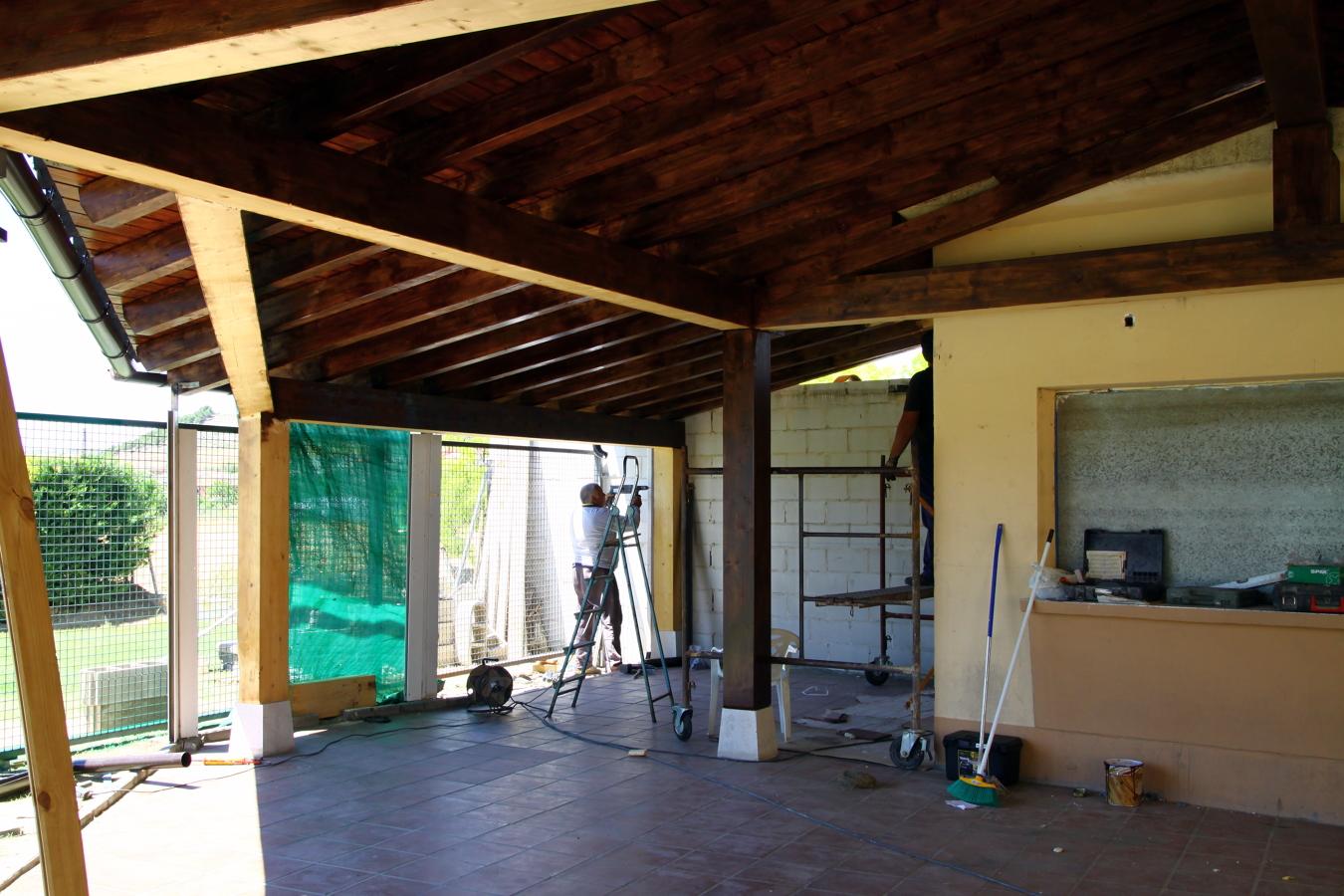 Foto terraza de madera laminada en piscinas de fombellida for Piscina valladolid