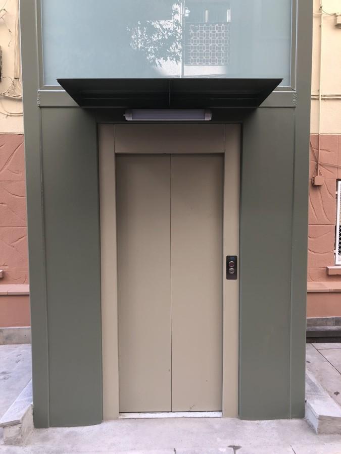Vista de acceso al ascensor (estructura modular exterior)