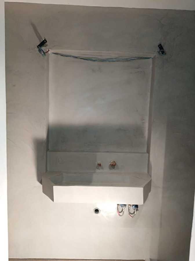 restauración de masia. lavabo revestido en microcemento