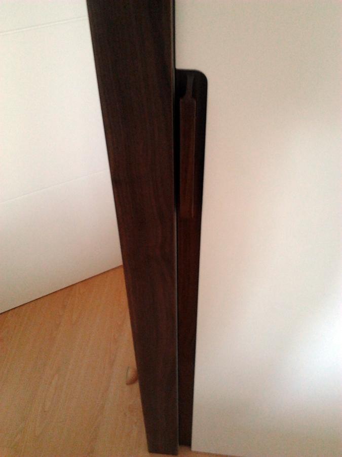 Foto tirador de puerta corredera en madera de nogal - Tirador puerta corredera ...