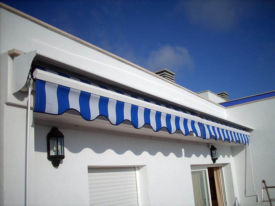 Foto toldo de brazo articulado con tejado de toldos yules for Accesorios para toldos correderos