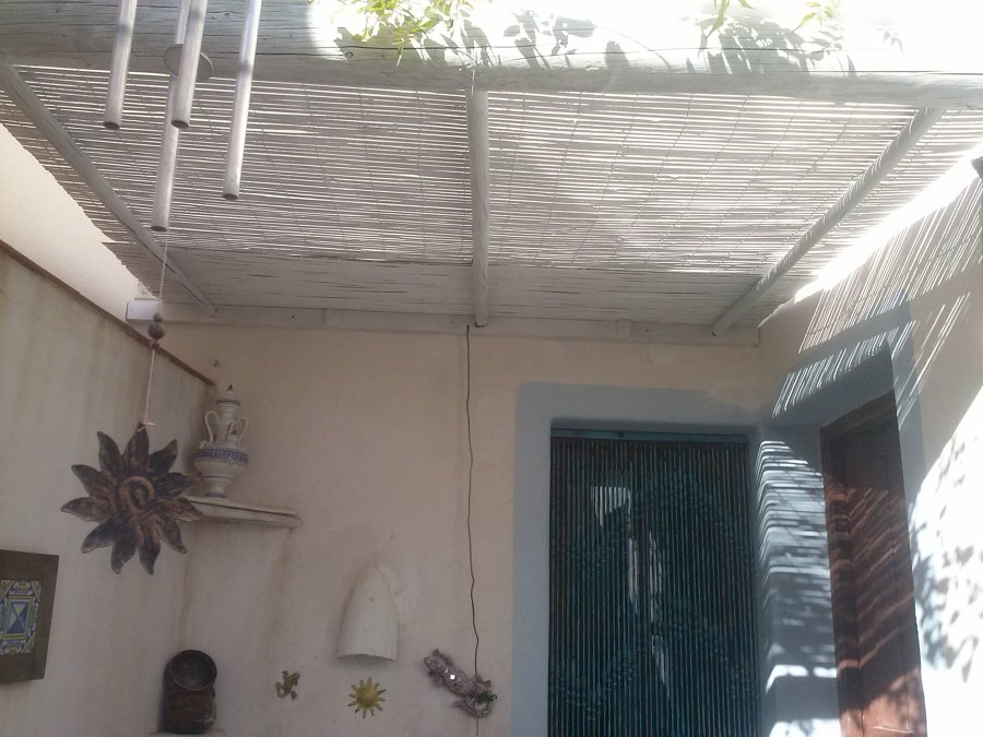 Foto dar encanto a peque o patio de manitas del hogar for Toldos para patios pequenos