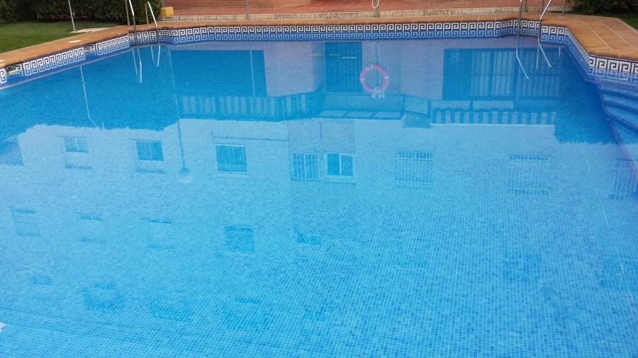 Foto tratamientos de choque al agua de piscinas de for Tratamientos de piscinas