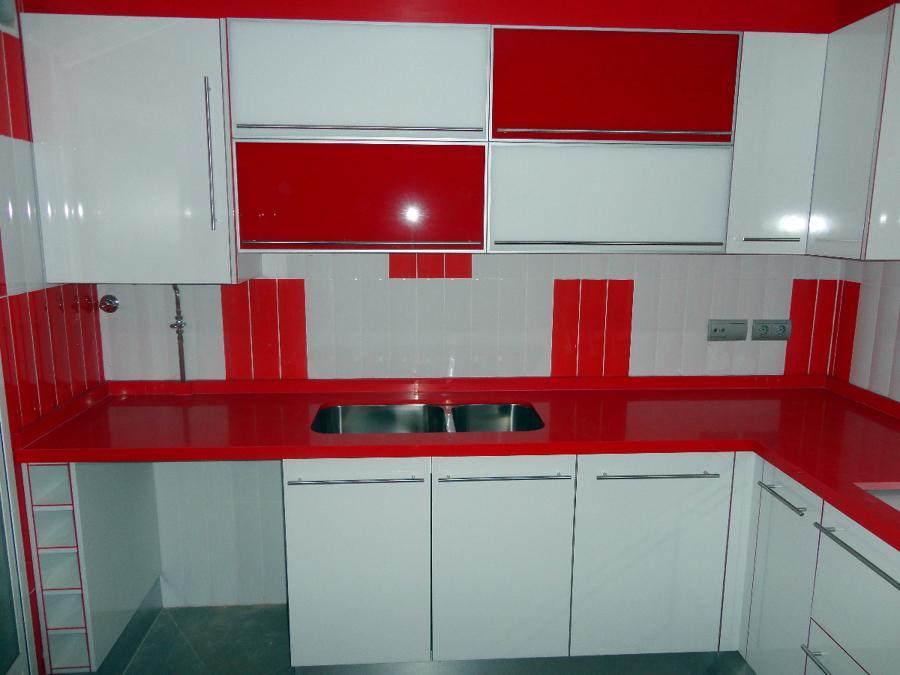 Una de mis mejores cocinas blanco brillo con pvc duo blanco con rojo