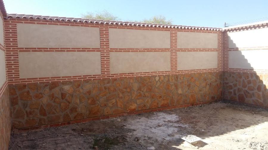 Proceso de construcción de un patio rústico
