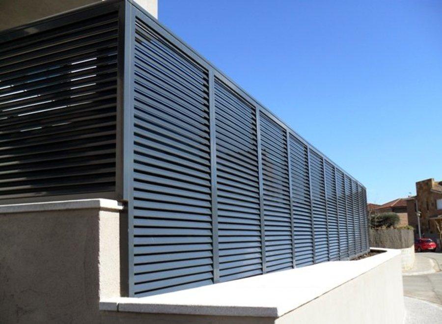 Foto valla divisoria de carpinter a de aluminio rubio for Vallas de aluminio para jardin