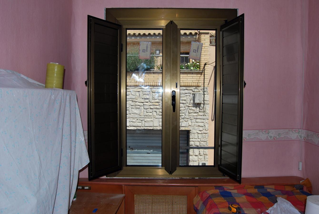 Foto ventana color bronce de tancaments d 39 alumini alugom for Ventanas de aluminio color bronce