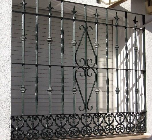 foto: ventana con diseño hierro forjado. de metalfer #415390
