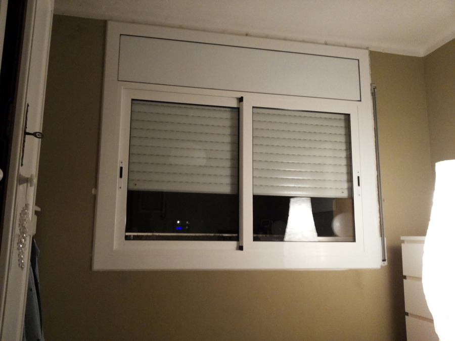 Foto ventana corredera de dos hojas con persiana de for Ventanas de aluminio con persiana baratas