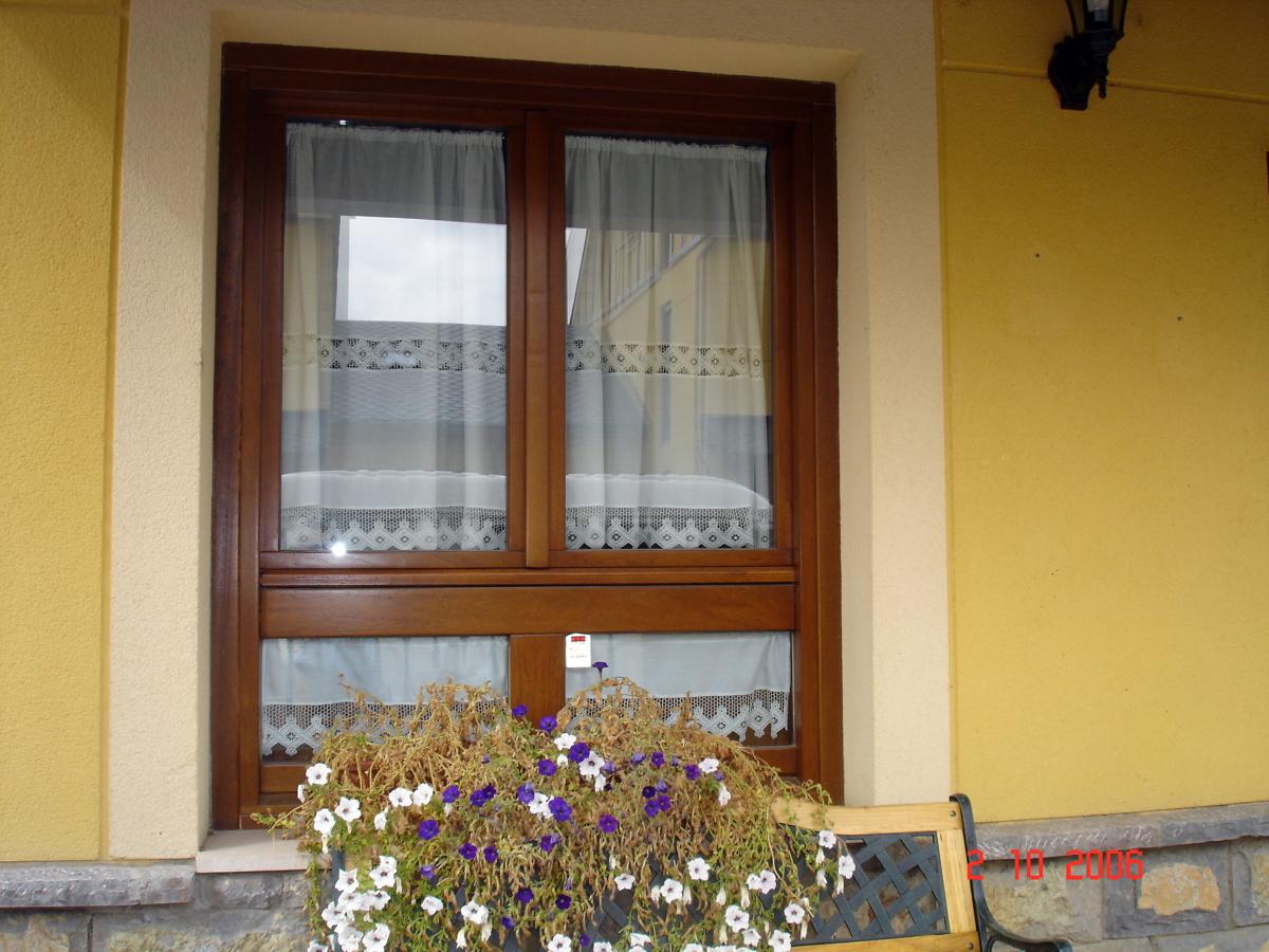 Foto ventana en madera de iroko barnizado de carpinter a for Ventanas en madera