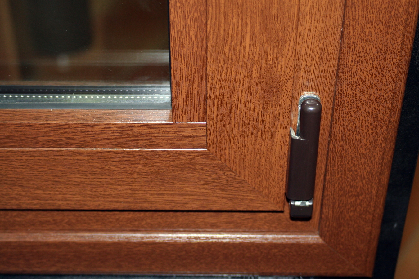Foto ventana imitacion madera de carpinteria d 39 alumini for Ventanas de madera precios en rosario