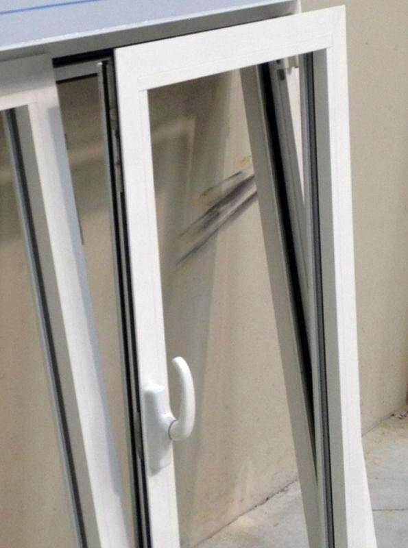 Foto ventana oscilobatiente en lacado blanco de aluminios for Ventana oscilobatiente precio