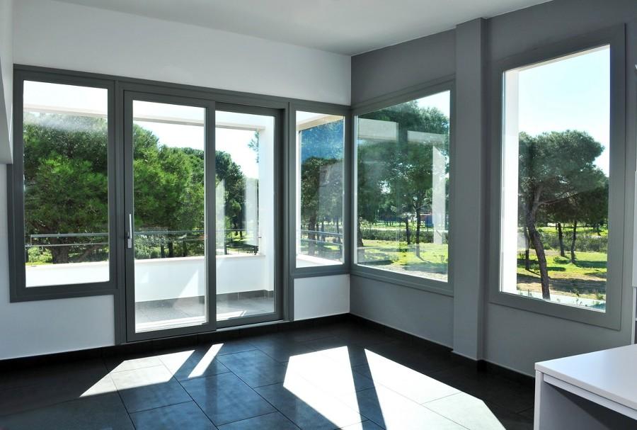 Foto ventanas y puertas de pvc gris de vemax huelva for Ventanas aluminio gris antracita