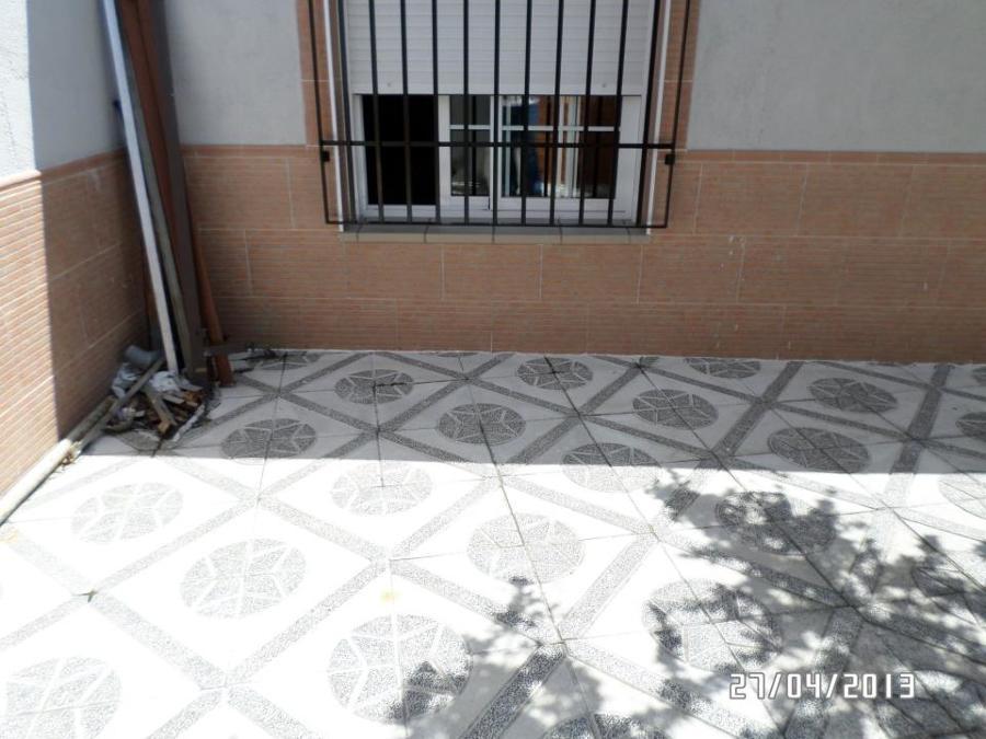 ventanas y suelo y pared de patio