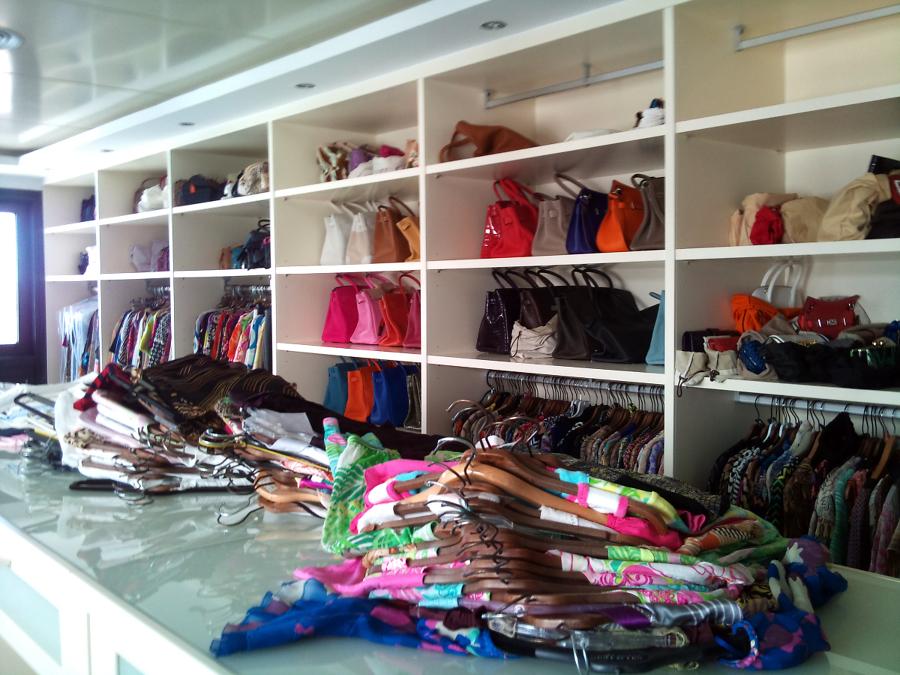 Foto vestidor con baldas para bolsos de a r armarios s l - Guardar bolsos en armario ...
