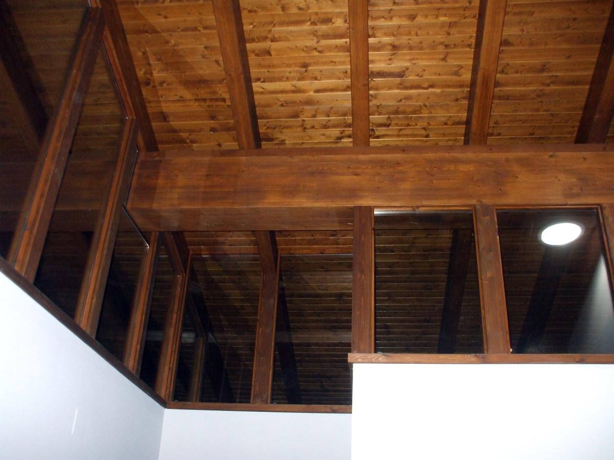 Foto vista interior de tejado color roble de techos de for Tejados de madera antiguos