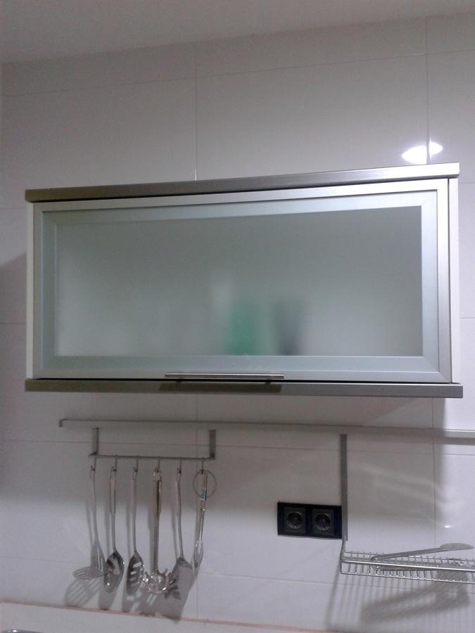 Foto vitrina cocina apertura comp s de fusteria les for Muebles de cocina con puertas de cristal