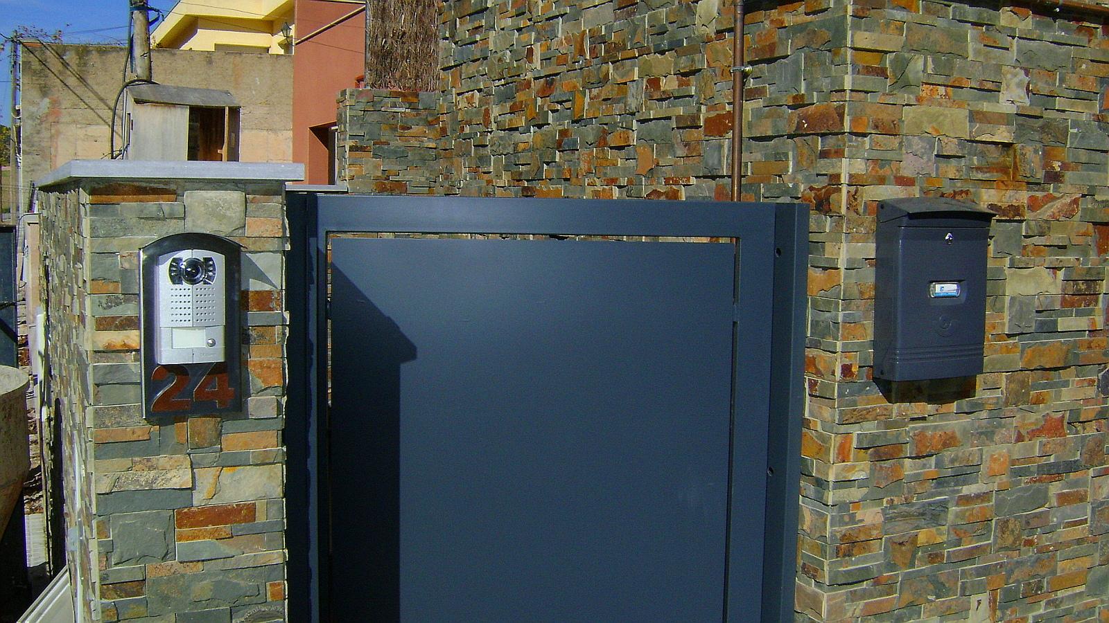 Foto vivienda unifamiliar aislada puerta entrada de - Puertas de viviendas ...