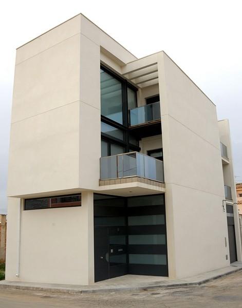 Vivienda unifamiliar estilo moderno en núcleo urbano