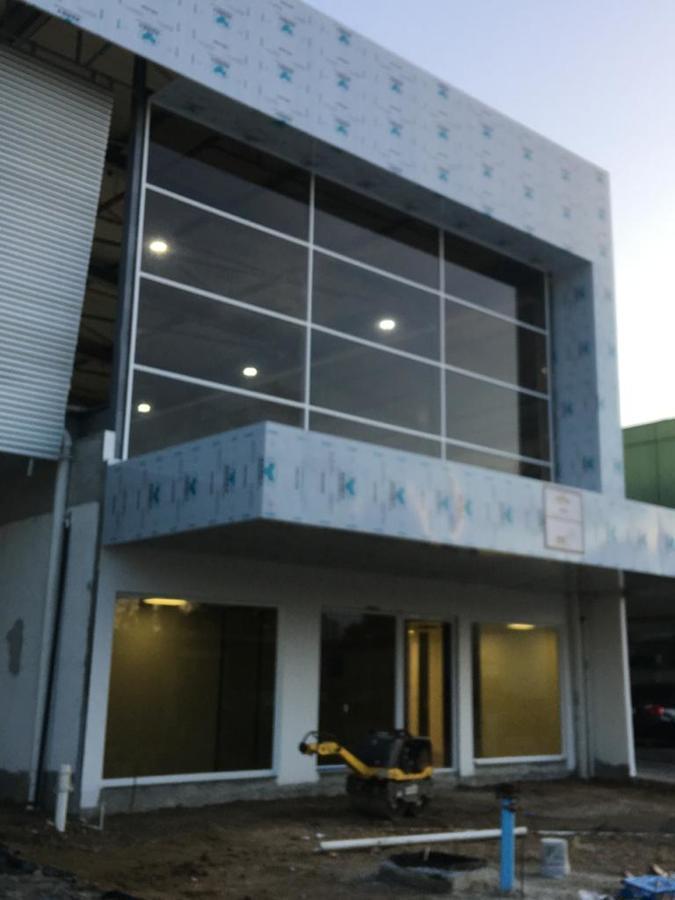 Oficinas y deposito para empresa de servicios