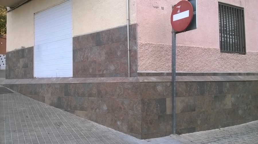 Foto alicatado muro exterior y bajos fachada de c a r - Alicatar sobre alicatado ...