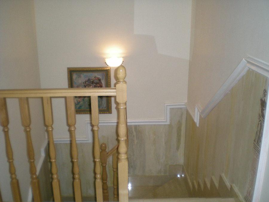 Foto zocalo de escaleras en estuco de reformascarmona - Pintura para escaleras ...
