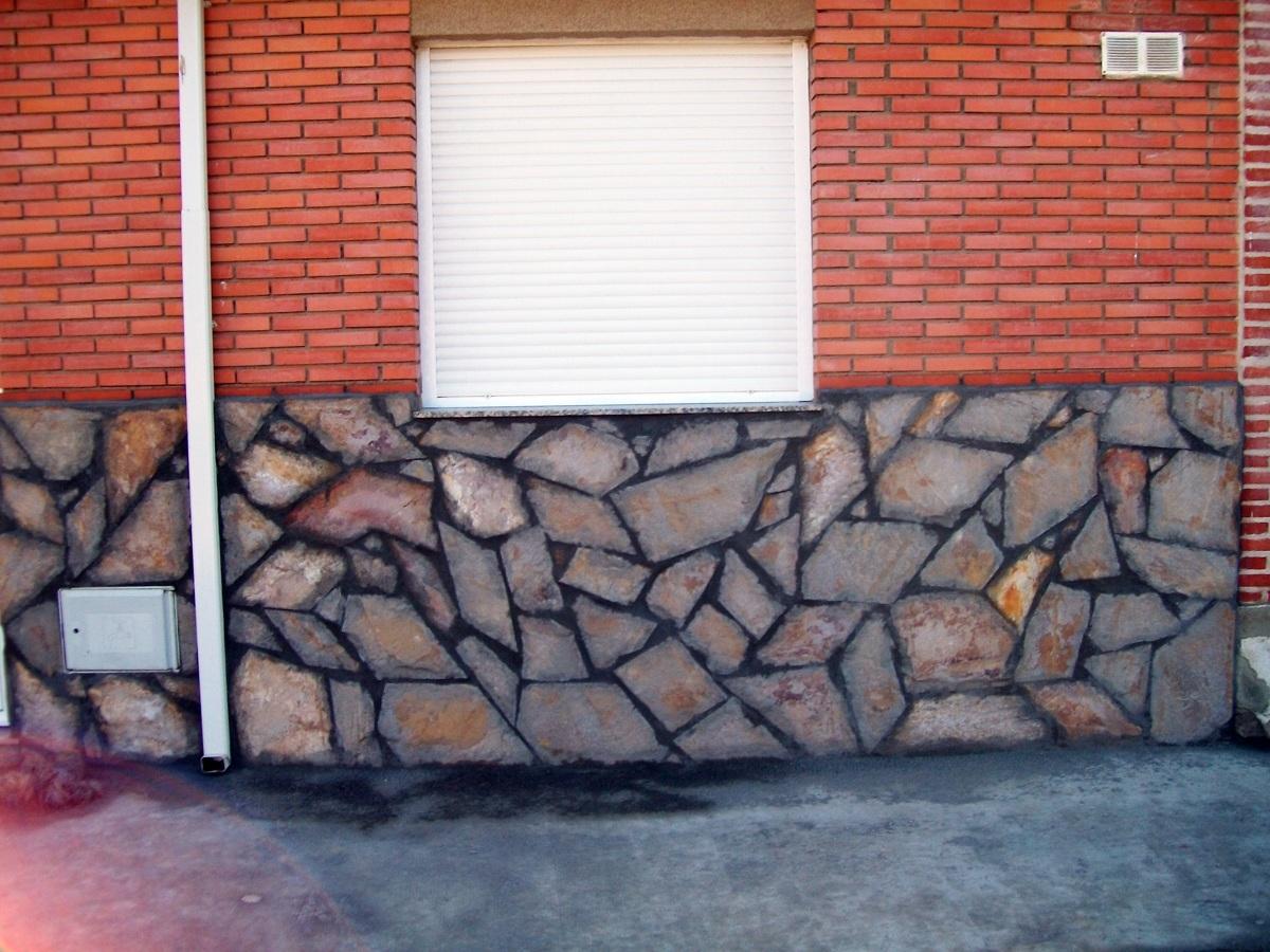 Foto zocalo de piedra natural rejuntada de reformas y for Zocalos de fachadas fotos