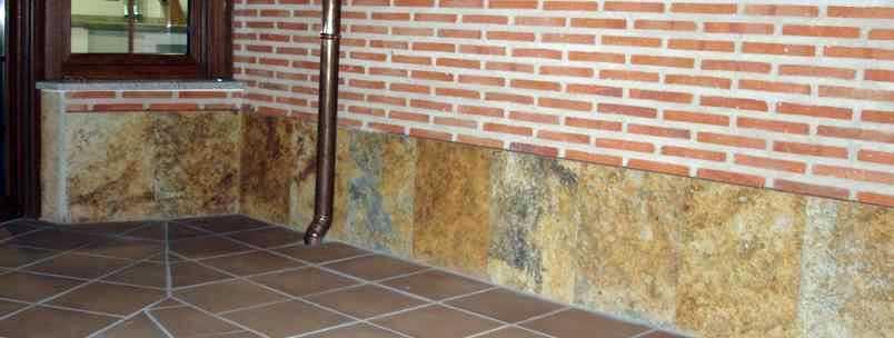 Foto z calo en cuarcita de un patio evita las humedades for Zocalos para patios modernos