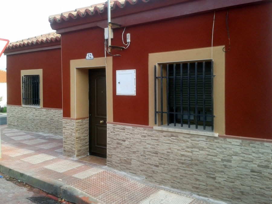 Foto zocalo en fachada con revestimiento en zona alta de for Zocalo fachada exterior